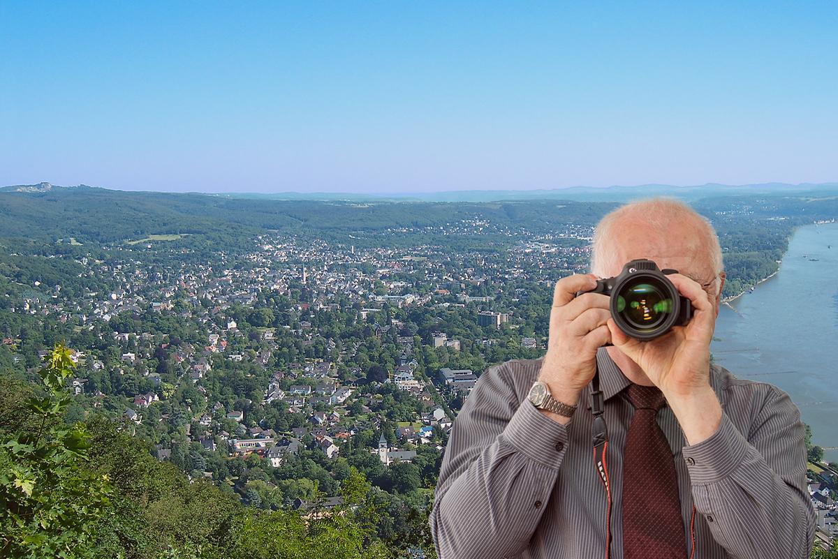 Bad Honnef, Blick vom Drachenfels, Detektiv zeigt Daumen nach oben.
