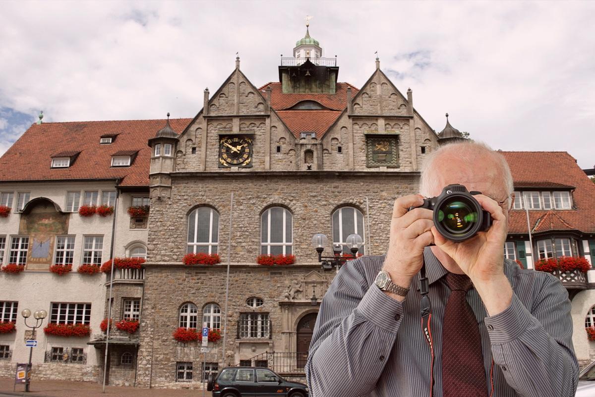 Rathaus Bergisch Gladbach, Detektiv zeigt Daumen nach oben.