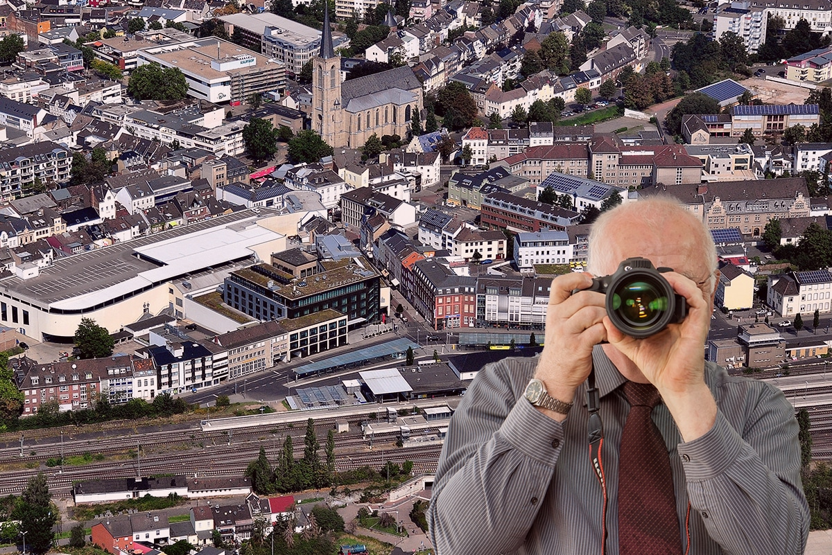 Innenstadt Euskirchen, Detektiv zeigt Daumen nach oben, Schriftzug: Unserer Detektei ermittelt für Sie in Euskirchen !