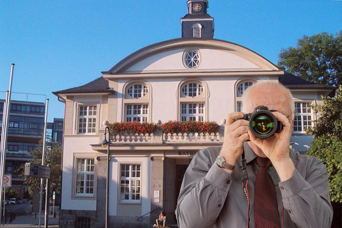Altes Rathaus Hennef, Detektiv zeigt Daumen nach oben.