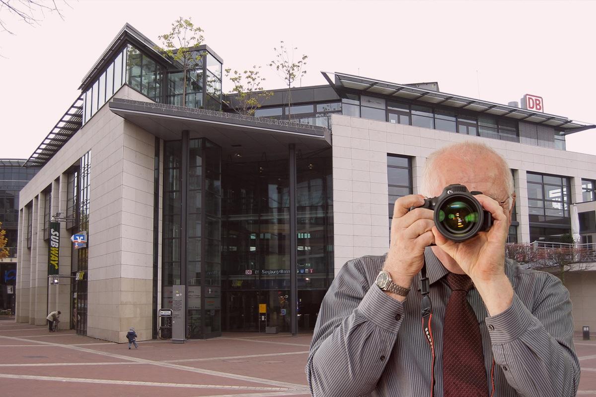 Kreishaus Siegburg, Detektiv zeigt Daumen nach oben. Schriftzug Detektei ermittelt in Siegburg