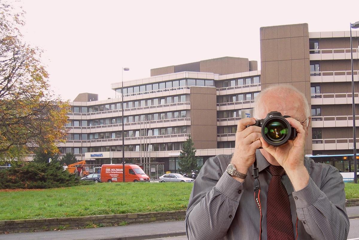 Stadthalle Troisdorf, Detektiv zeigt Daumen nach oben.