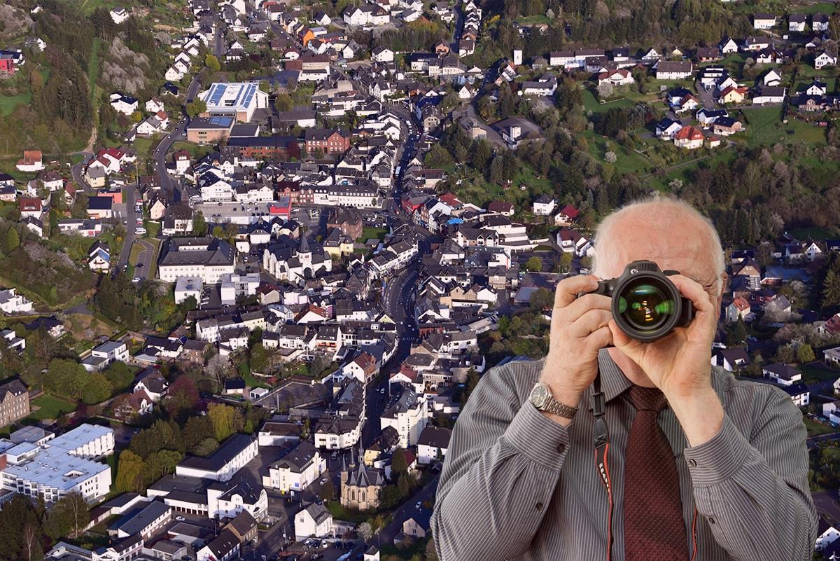 Marienkapelle Adenau, Detektiv zeigt Daumen nach oben.