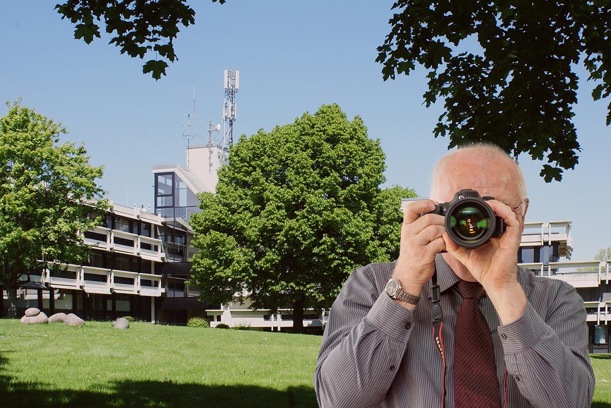 Rathaus Alfter, Detektiv zeigt Daumen nach oben, Schriftzug: Unserer Detektei ermittelt für Sie in Alfter!