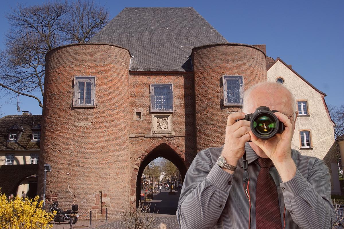 Altstadt Bergheim, Detektiv zeigt Daumen nach oben, Schriftzug: Unserer Detektei ermittelt für Sie in Bergheim