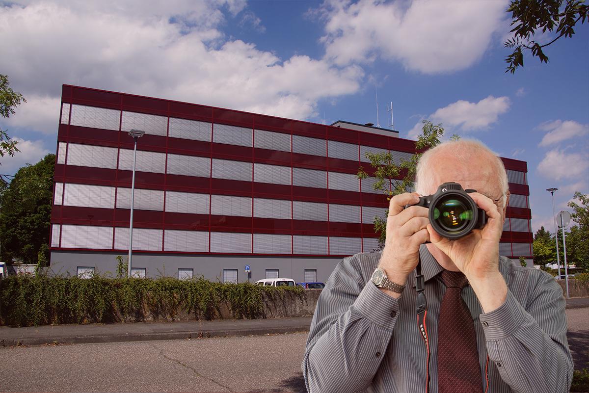 Rathaus Bornheim, Detektiv zeigt Daumen nach oben, Schriftzug: Ihre Detektei aus Bornheim !