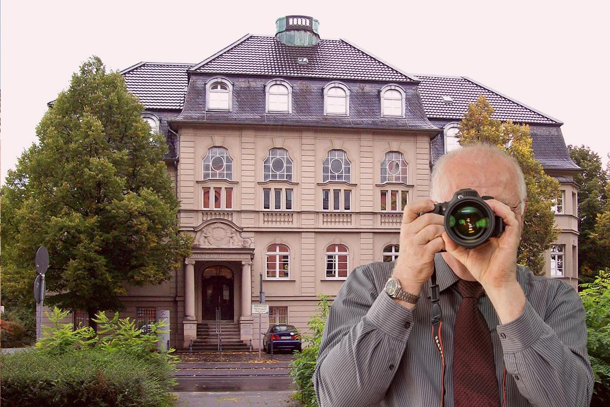 Rathaus Brühl, Detektiv zeigt Daumen nach oben, Schriftzug: Unserer Detektei ermittelt für Sie in Brühl
