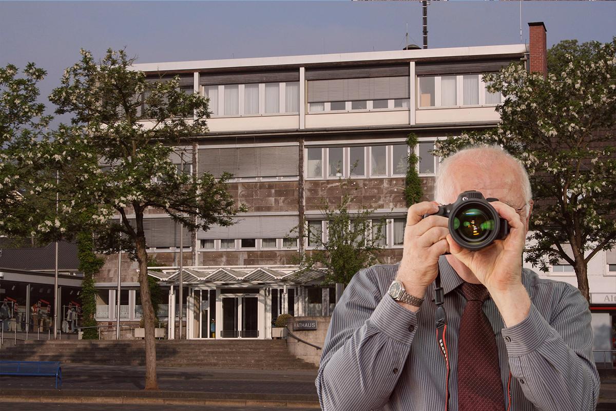 Rathaus Eitorf, Detektiv zeigt Daumen nach oben, Schriftzug: Unserer Detektei ermittelt für Sie in Eitorf !