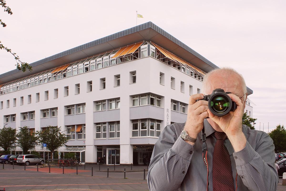 Rathaus Erftstadt-Liblar, Detektiv zeigt Daumen nach oben, Schriftzug: Unserer Detektei ermittelt für Sie in Erftstadt