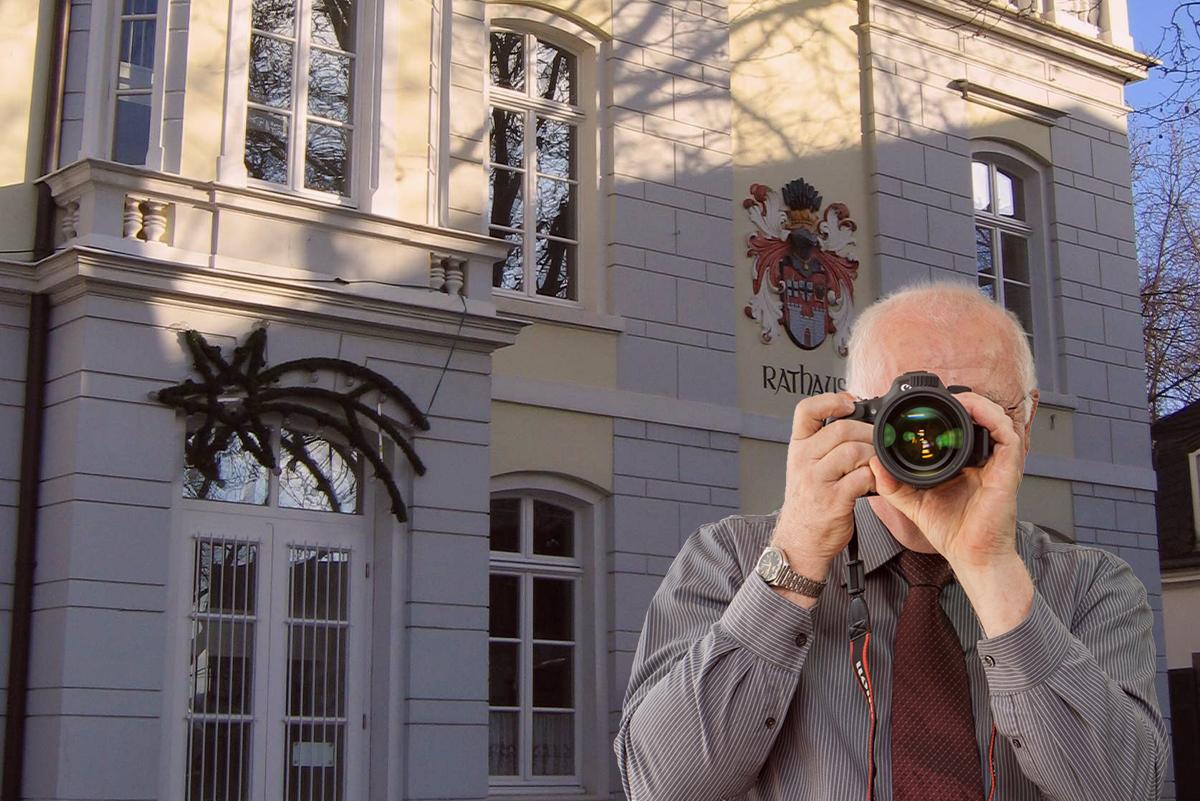 Rathaus Königswinter, Detektiv zeigt Daumen nach oben, Schriftzug: Unserer Detektei ermittelt für Sie in Königswinter !