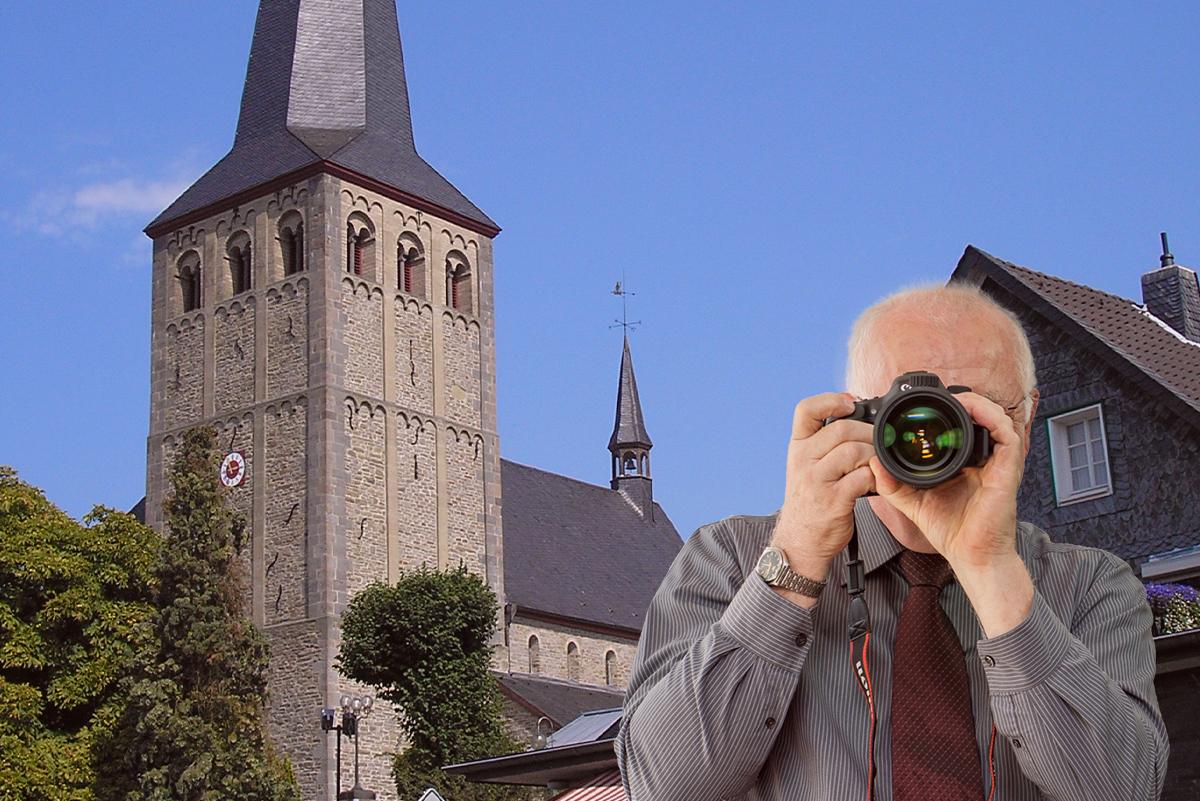 Aufnahme der Hauptstraße in Neunkirchen Seelscheid, Detektiv zeigt Daumen nach oben, Schriftzug: Unserer Detektei ermittelt für Sie in Neunkirchen Seelscheid!