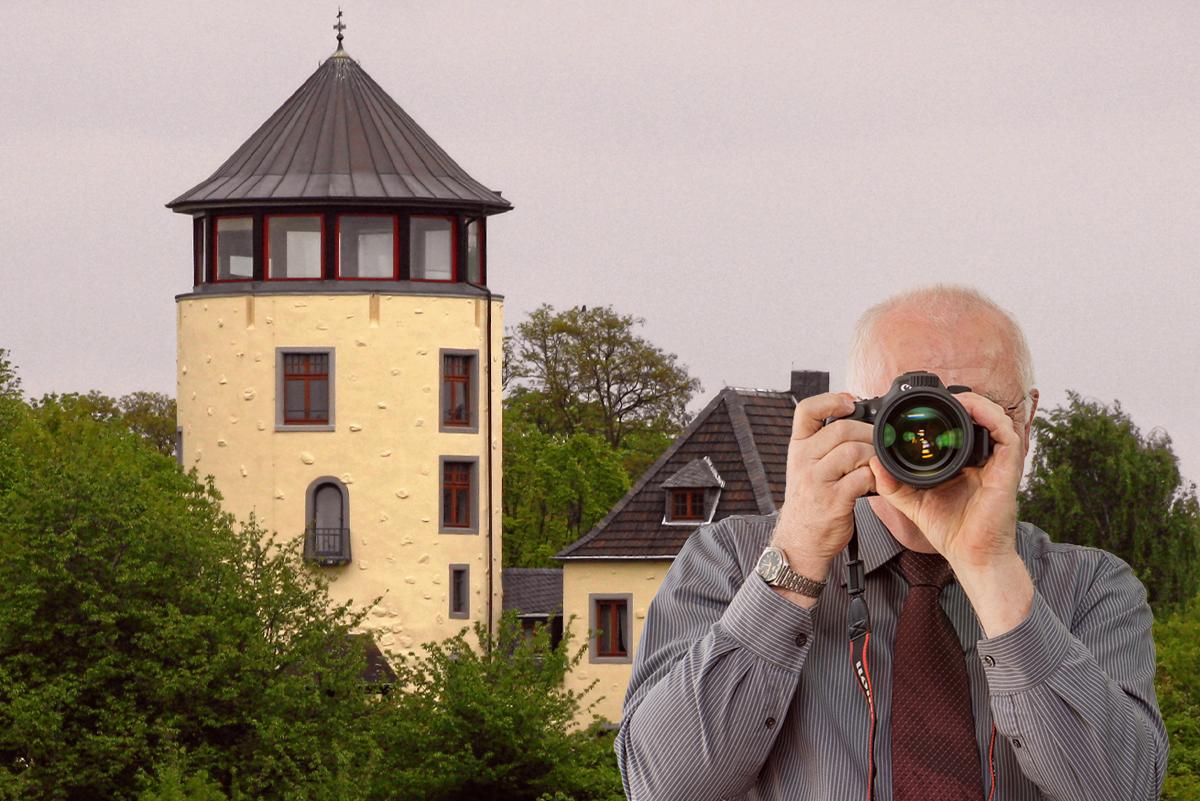 Fachwerkhäuser in Niederkassel, Detektiv zeigt Daumen nach oben, Schriftzug: Unserer Detektei ermittelt für Sie in Niederkassel !
