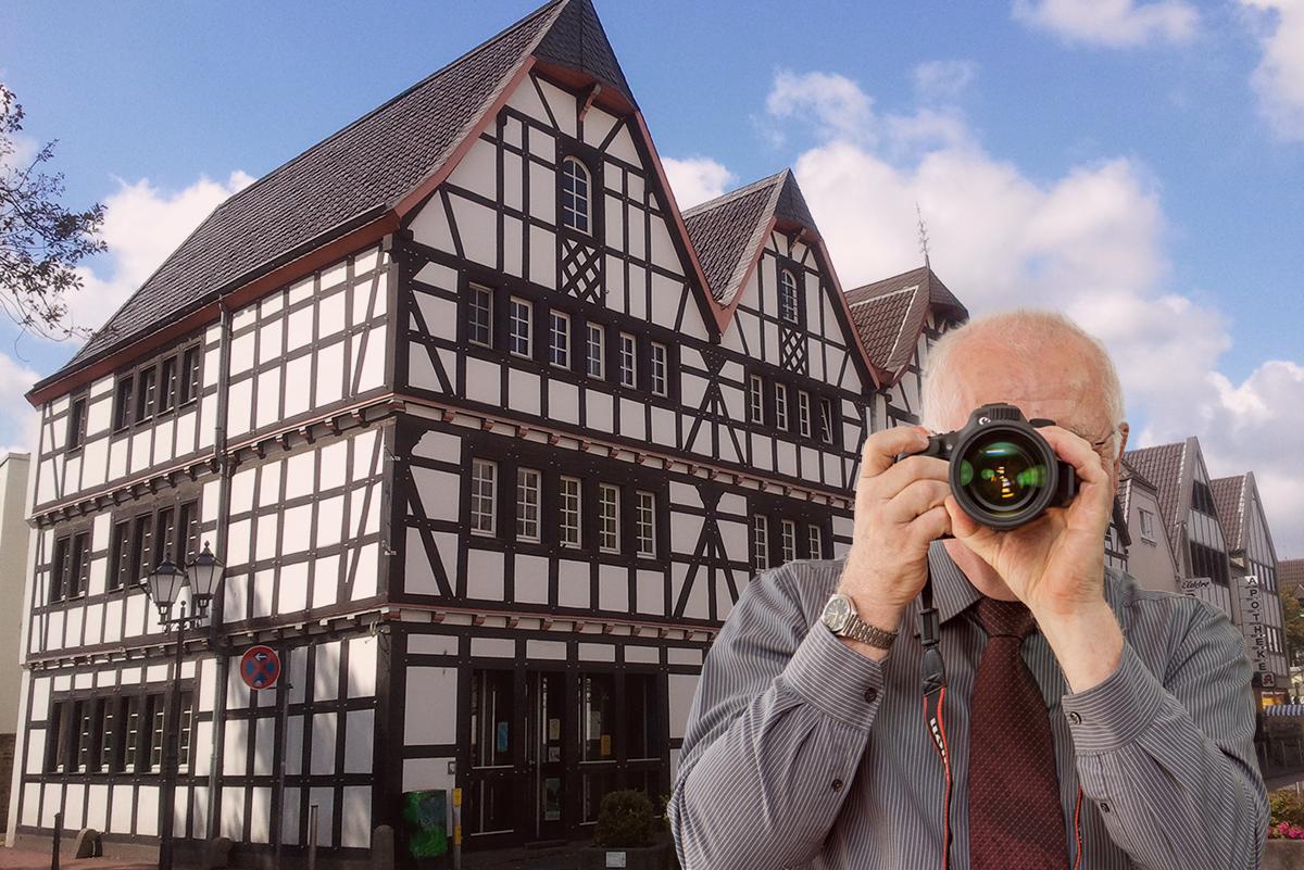 Luftaufnahme von Rheinbach, Detektiv zeigt Daumen nach oben, Schriftzug: Unserer Detektei ermittelt für Sie in Rheinbach!