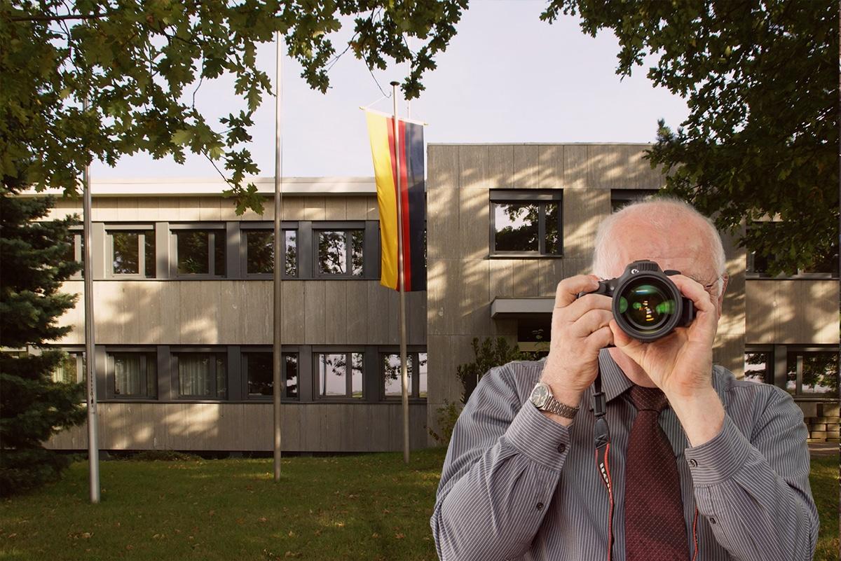 Rathaus Swisttal, Detektiv zeigt Daumen nach oben, Schriftzug: Unserer Detektei ermittelt für Sie in Swisttal !