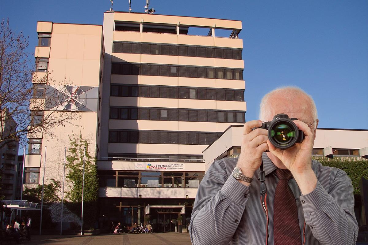 Neues Rathaus Wesseling, Detektiv zeigt Daumen nach oben, Schriftzug: Unserer Detektei ermittelt für Sie in Wesseling