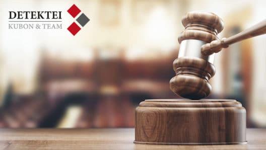 Kuendigungsschutzprozess. Gerichtssaal Gerichtshammer