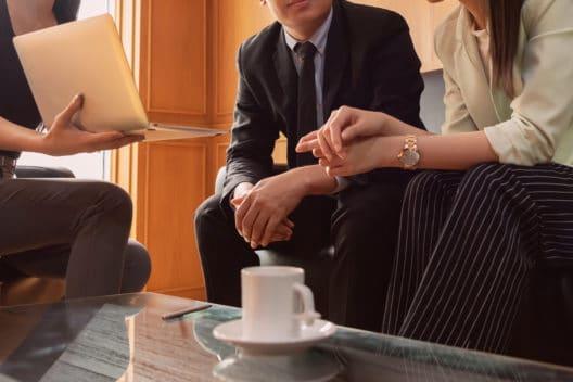 Detektiv berät ein Ehepaar