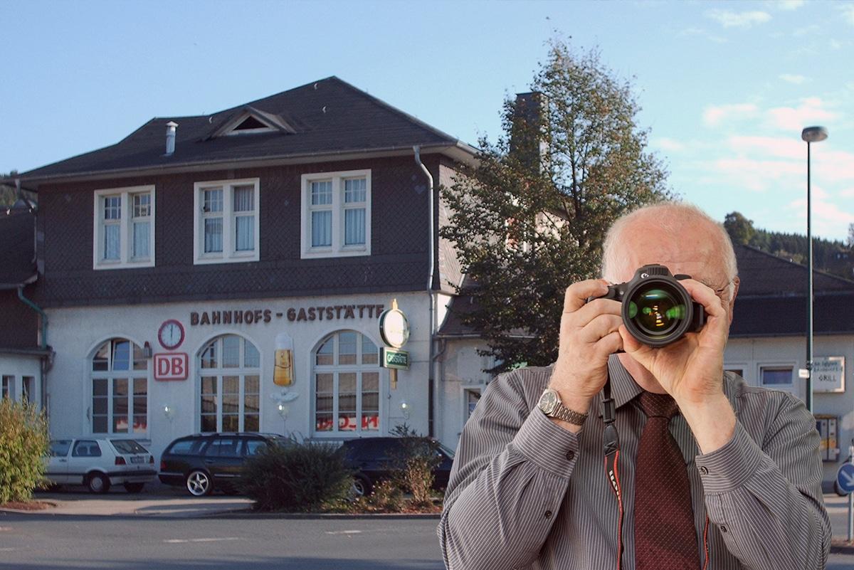 Detektei Kubon ermittelt in Attendorn, Detektiv fotografiert, fünf Detektive zeigen den Daumen nach oben.