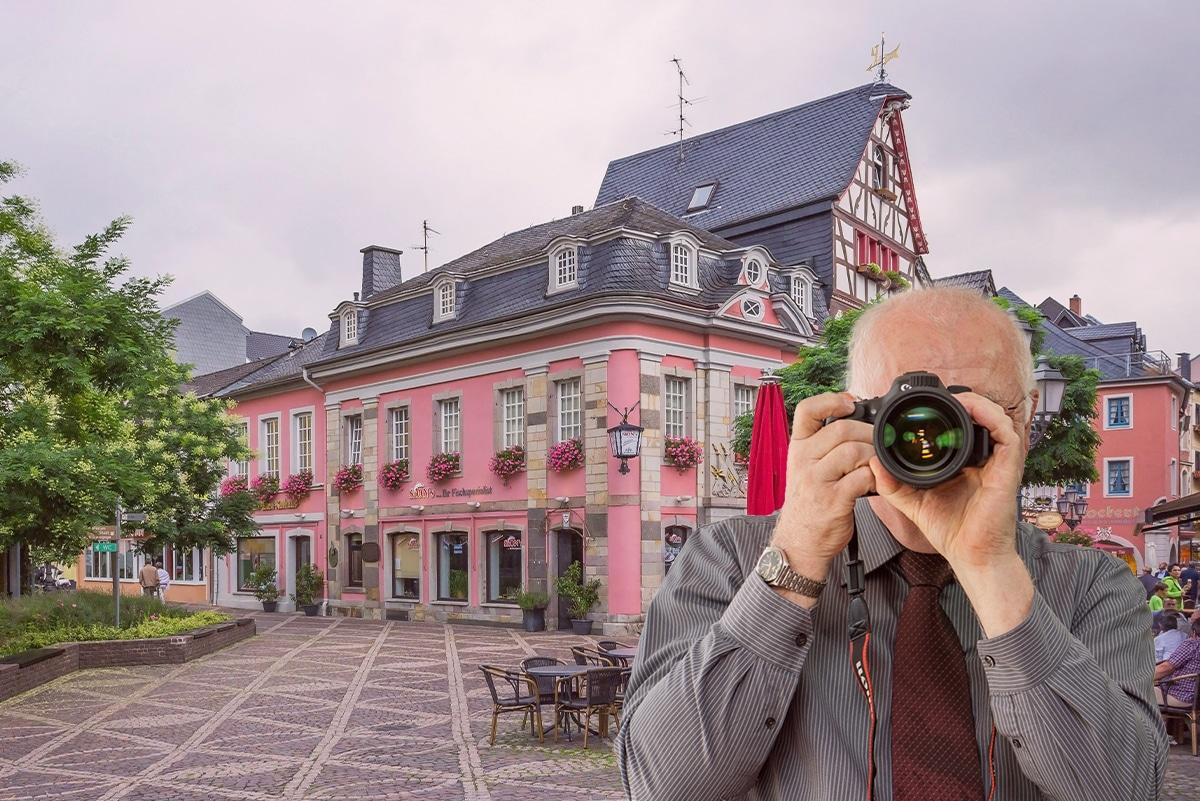 Schriftzug: Detektei Kubon ermittelt in Bad Neuenahr Ahrweiler, Detektiv fotografiert, 4 Detektive zeigen Daumen nach oben.