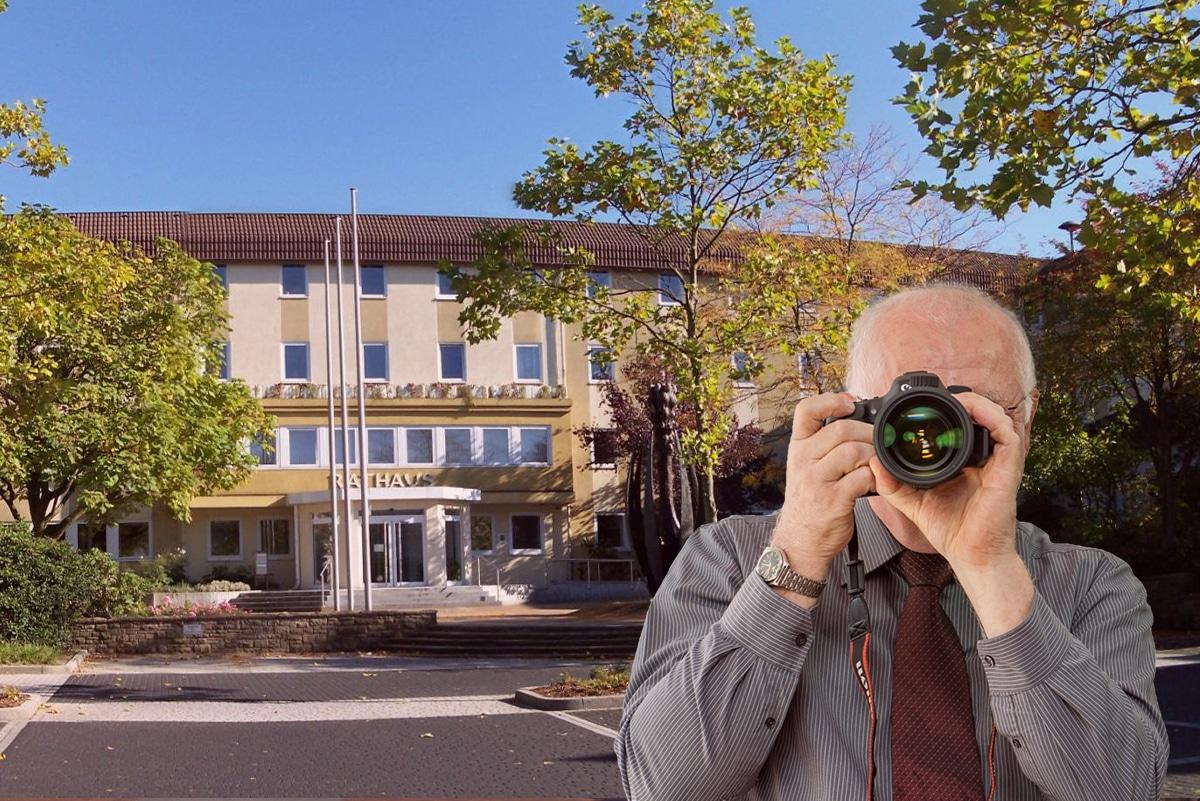 Detektei Kubon ermittelt in Oer-Erkenschwick, Detektiv zeigt Daumen nach oben, Rathaus von Oer-Erkenschwick.