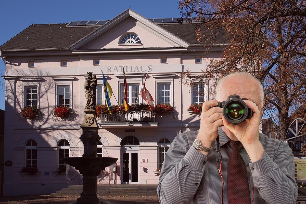 Schriftzug: Detektei Kubon ermittelt in Remagen, Detektiv fotografiert, 4 Detektive zeigen Daumen nach oben.
