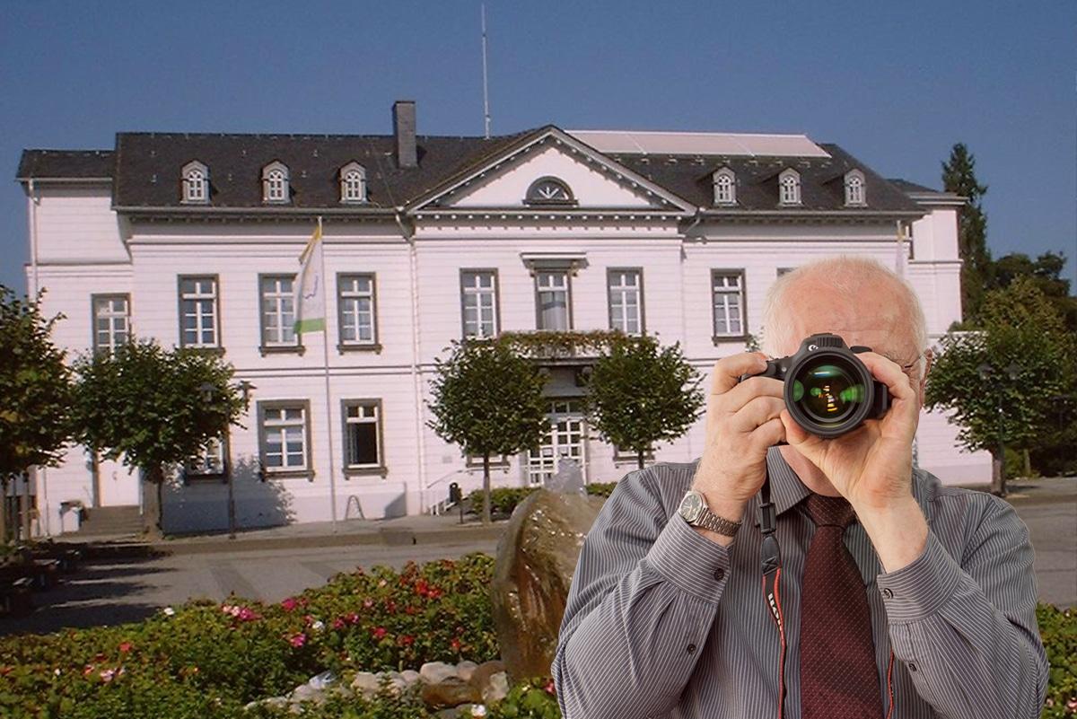 Schriftzug: Detektei Kubon ermittelt in Sinzig, Detektiv fotografiert, 4 Detektive zeigen Daumen nach oben.