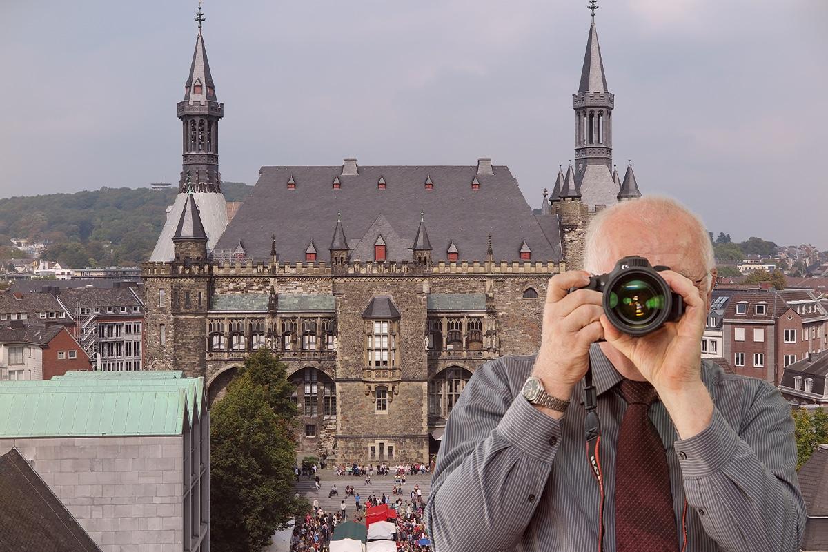 Dom und Rathaus Aachen, Detektiv der Detektei fotografiert, Schriftzug: Unserer Detektei ermittelt für Sie in Aachen