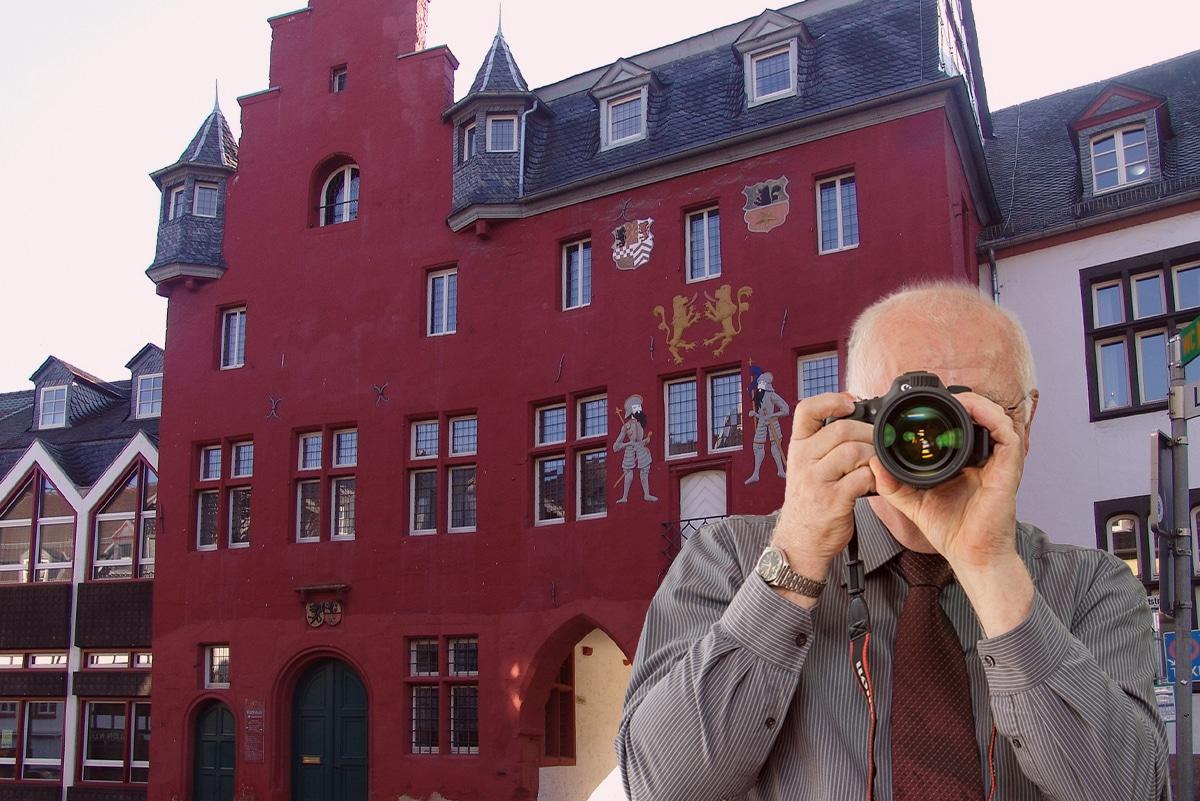 Rotes Rathaus in Bad Münstereifel, Detektiv zeigt Daumen nach oben, Schriftzug: Unserer Detektei ermittelt für Sie in Bad Münstereifel !
