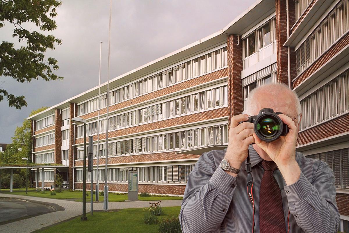 Detektei Kubon ermittelt in Dorsten, Detektiv zeigt Daumen nach oben, Rathaus von Dorsten.