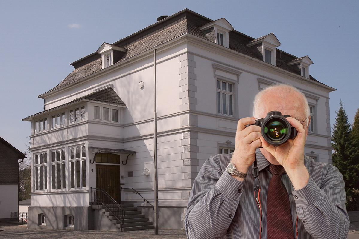 Schriftzug: Detektei Kubon ermittelt in Drolshagen, Detektiv fotografiert, 4 Detektive zeigen Daumen nach oben.