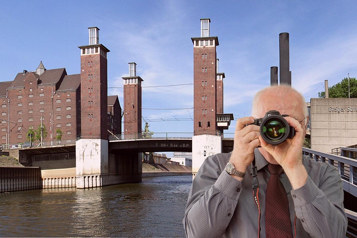 Panoramabild vom Innenhafen von Duisburg, Detektiv zeigt Daumen nach oben, Schriftzug: Unserer Detektei ermittelt für Sie in Dusiburg !