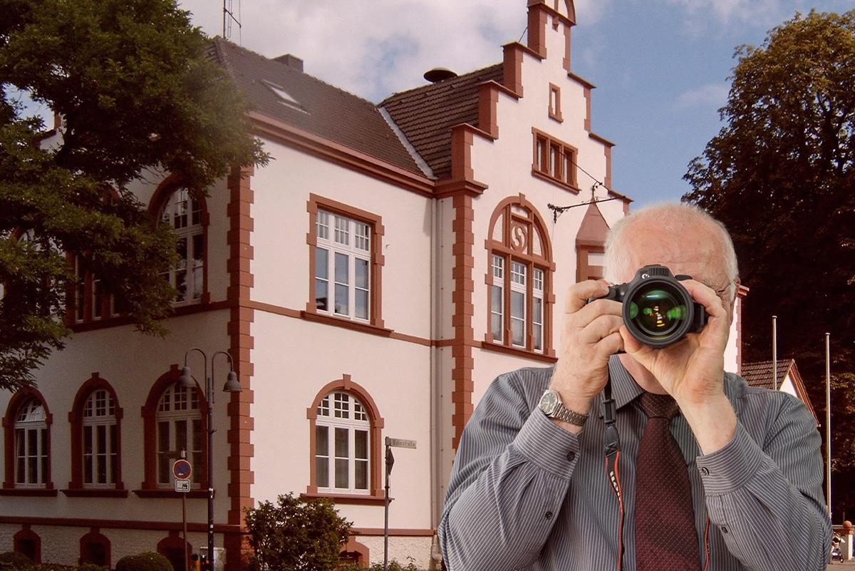 Rathaus Erkrath, Detektiv zeigt Daumen nach oben, Schriftzug: Unserer Detektei ermittelt für Sie in Erkrath !