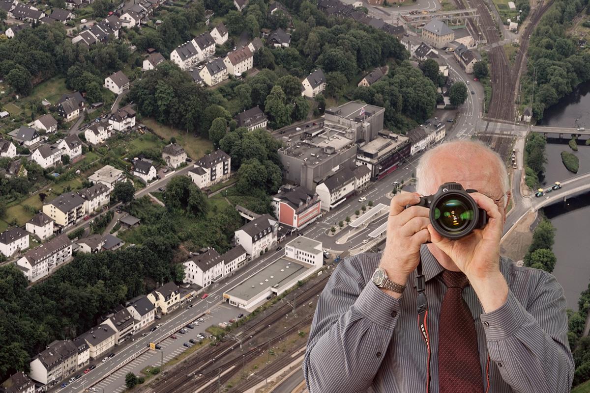Luftbild Finnentrop , Detektiv zeigt Daumen nach oben, Schriftzug: Unserer Detektei ermittelt für Sie in Finnentrop !