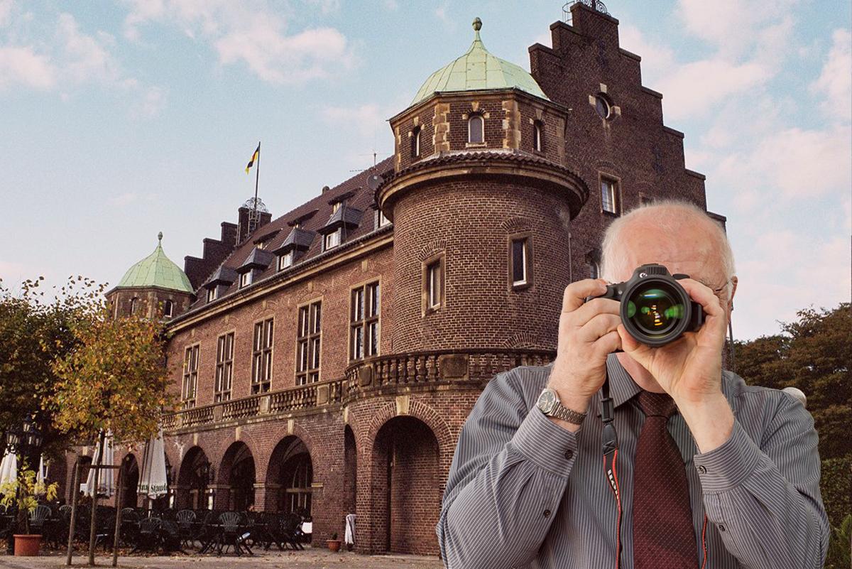 Detektei Kubon ermittelt in Gladbeck, Detektiv zeigt Daumen nach oben, Blick auf das historische Rathaus in Gladbeck von der Rentforter Straße aus.