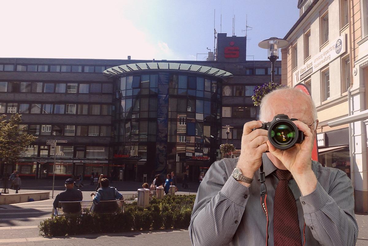 Marktplatz Gummersbach , Detektiv der Detektei fotografiert, Schriftzug: Unserer Detektei ermittelt für Sie in Gummersbach !