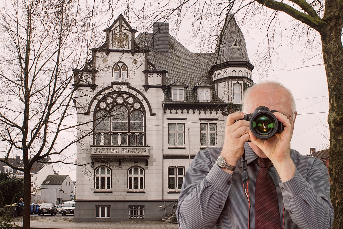 Marktplatz Haan , Detektiv zeigt Daumen nach oben, Schriftzug: Unserer Detektei ermittelt für Sie in Haan !