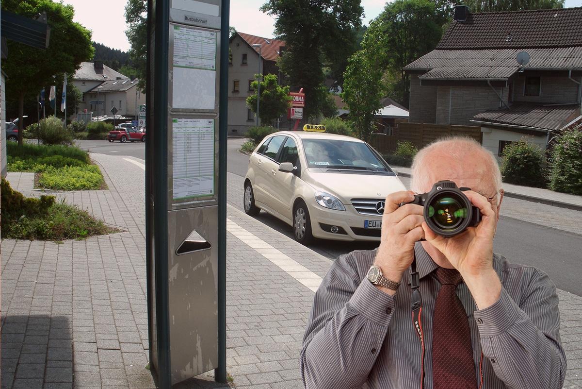 Busstation in Hellenthal, Detektiv der Detektei fotografiert, Schriftzug: Unserer Detektei ermittelt für Sie in Hellenthal !