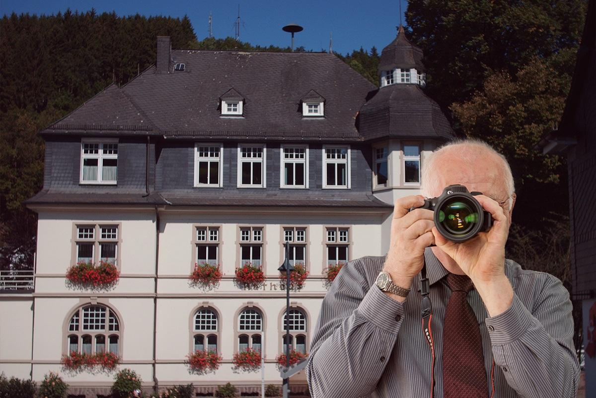 Rathaus Kirchhundem , Detektiv zeigt Daumen nach oben, Schriftzug: Unserer Detektei ermittelt für Sie in Kirchhundem !
