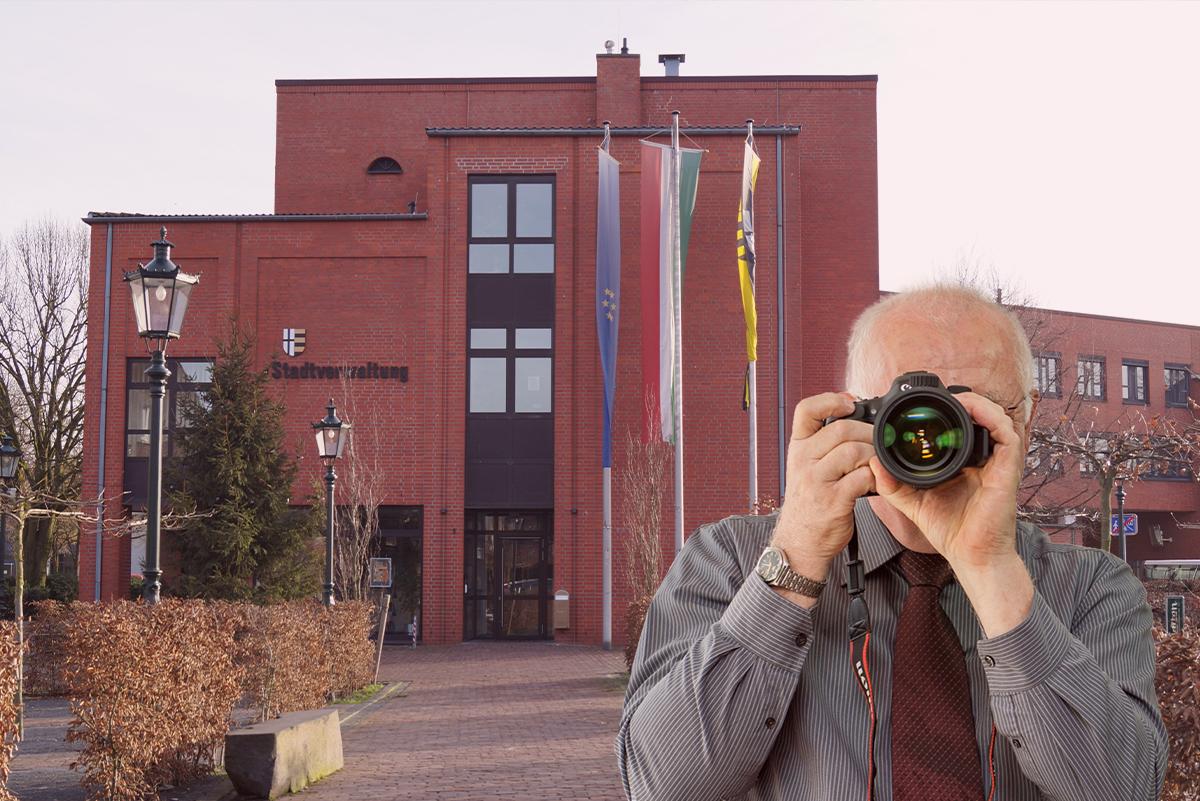 Stadtverwaltung Korschenbroich, Detektiv zeigt Daumen nach oben, Schriftzug: Unserer Detektei ermittelt für Sie in Korschenbroich !