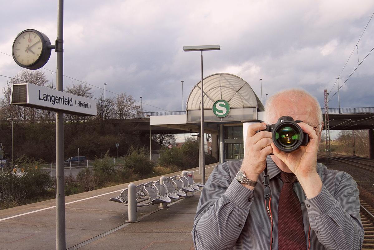 Bahnhof Langenfeld , Detektiv zeigt Daumen nach oben, Schriftzug: Unserer Detektei ermittelt für Sie in Langenfeld !