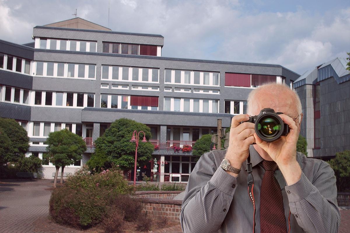 Panoramabild Lennestadt , Detektiv zeigt Daumen nach oben, Schriftzug: Unserer Detektei ermittelt für Sie in Lennestadt !