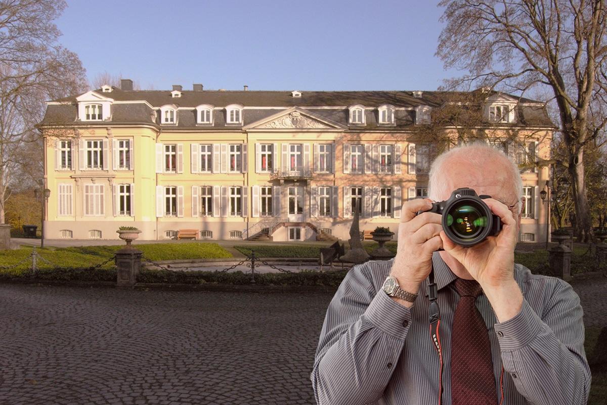 Schloß Morsbroich in Leverkusen, Detektiv fotografiert. Schriftzug: Unserer Detektei ermittelt für Sie in Leverkusen !