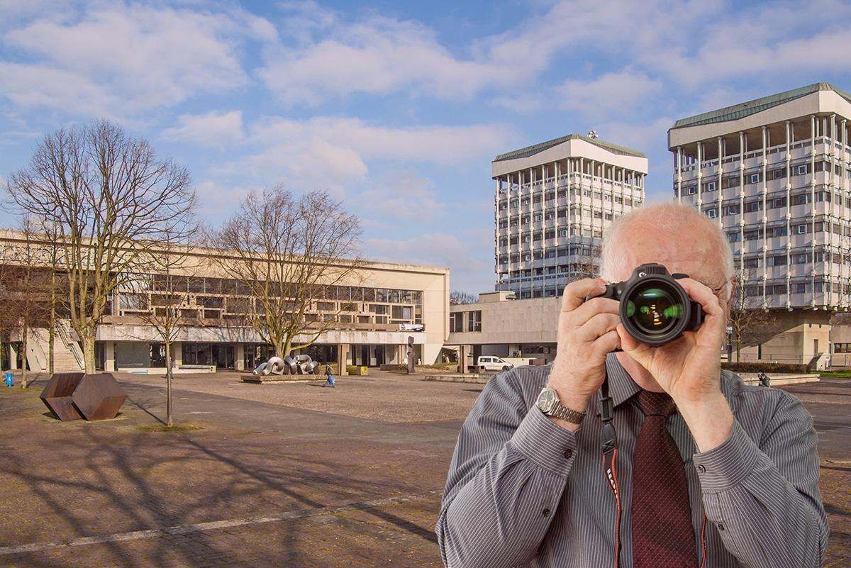 Detektei Kubon ermittelt in Marl, Detektiv zeigt Daumen nach oben, Rathaus von Marl.