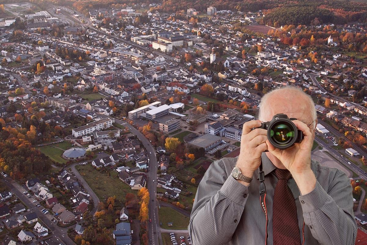 Turmhofstr. in Mechernich, Detektiv zeigt Daumen nach oben, Schriftzug: Unserer Detektei ermittelt für Sie in Mechernich !