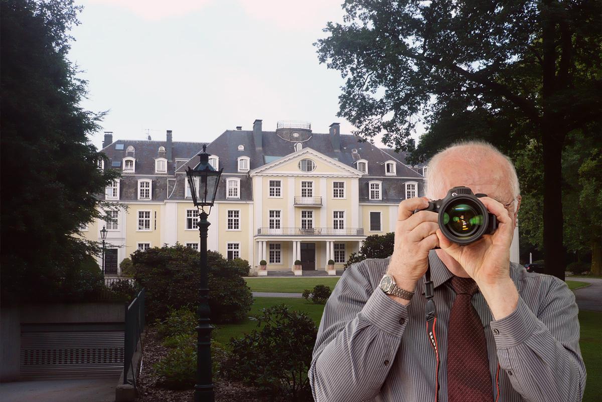 Rathaus Meerbusch Büderich, Detektiv zeigt Daumen nach oben, Schriftzug: Unserer Detektei ermittelt für Sie in Meerbusch !