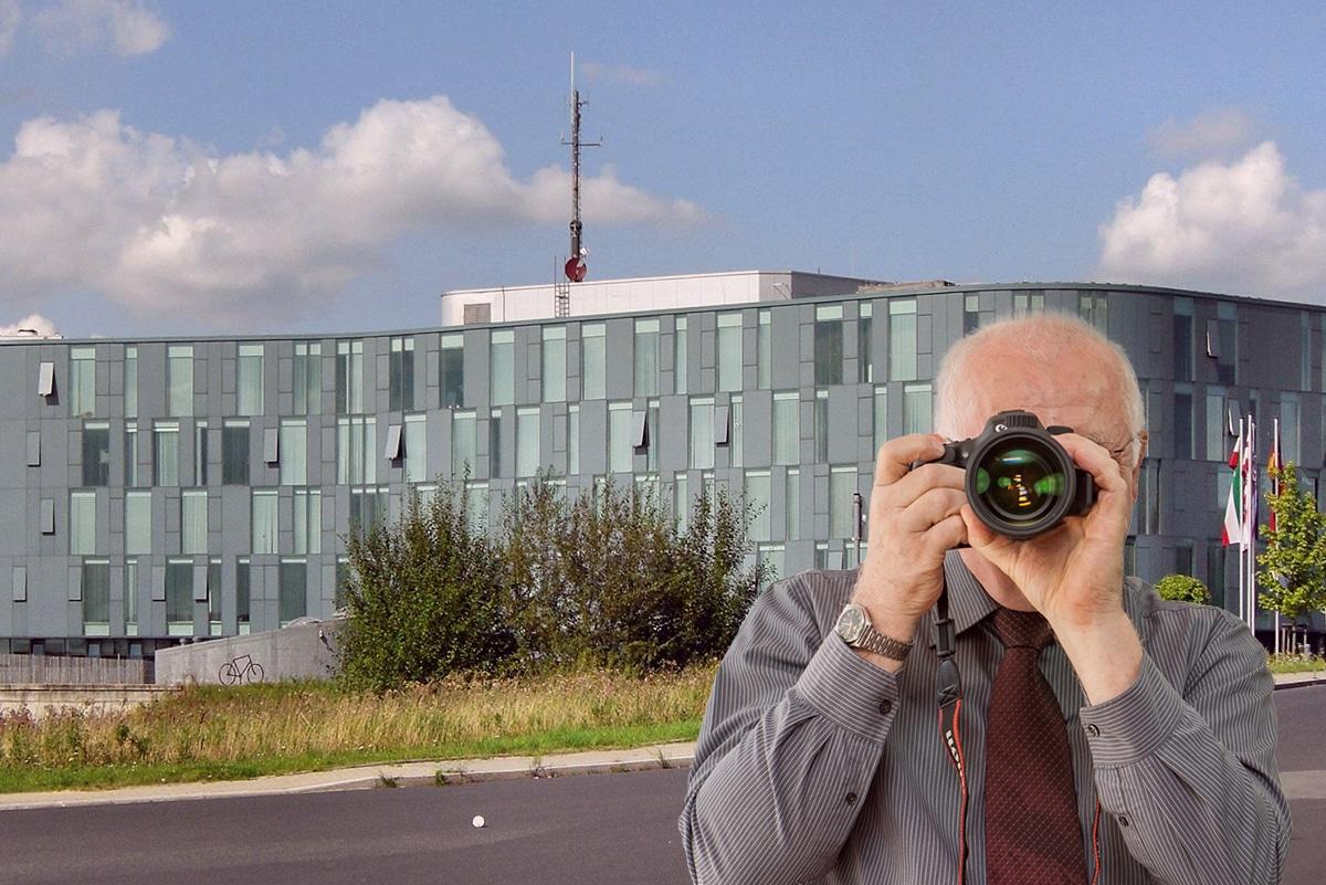 Ortsmitte Mettmann, Detektiv zeigt Daumen nach oben, Schriftzug: Unserer Detektei ermittelt für Sie in Mettmann !