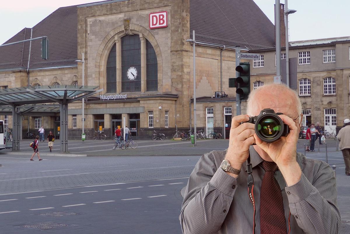 Der Hauptbahnhof in Mönchengladbach, Detektiv zeigt Daumen nach oben, Schriftzug: Unserer Detektei ermittelt für Sie in Mönchengladbach !