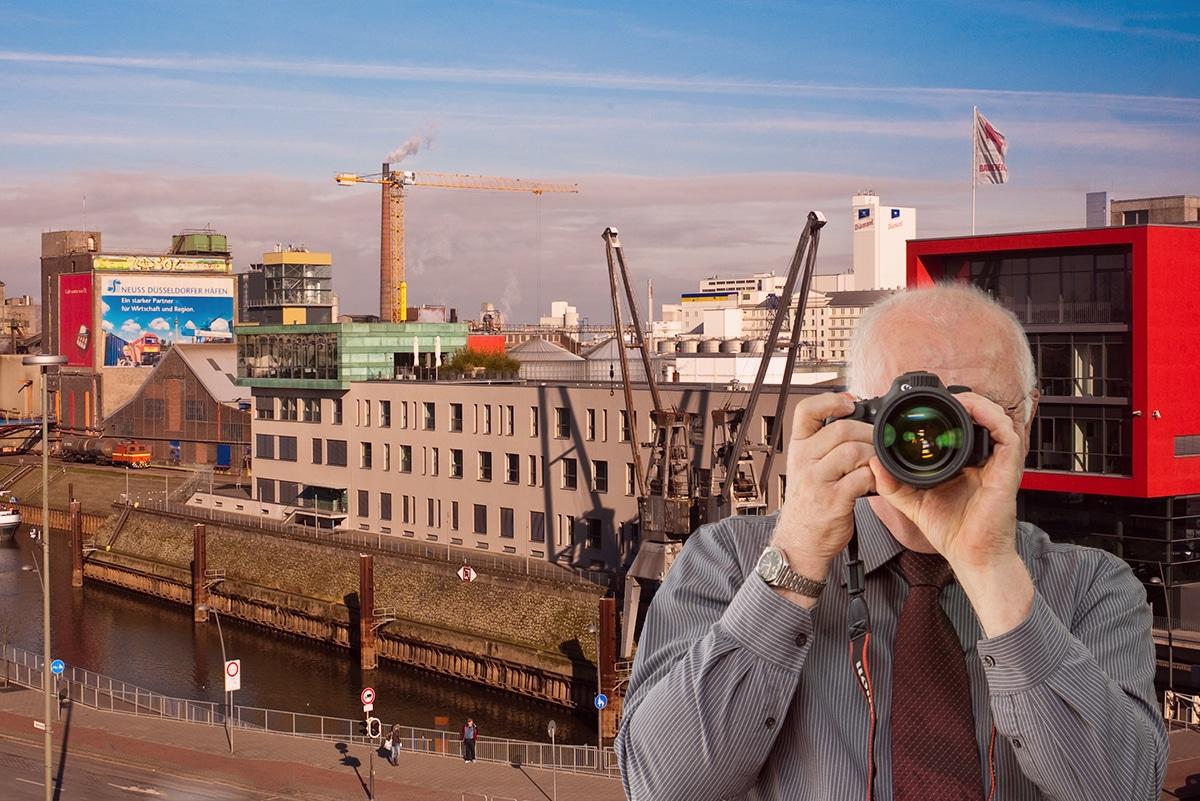 Hafen in Neuss, Detektiv zeigt Daumen nach oben, Schriftzug: Unserer Detektei ermittelt für Sie in Neuss !