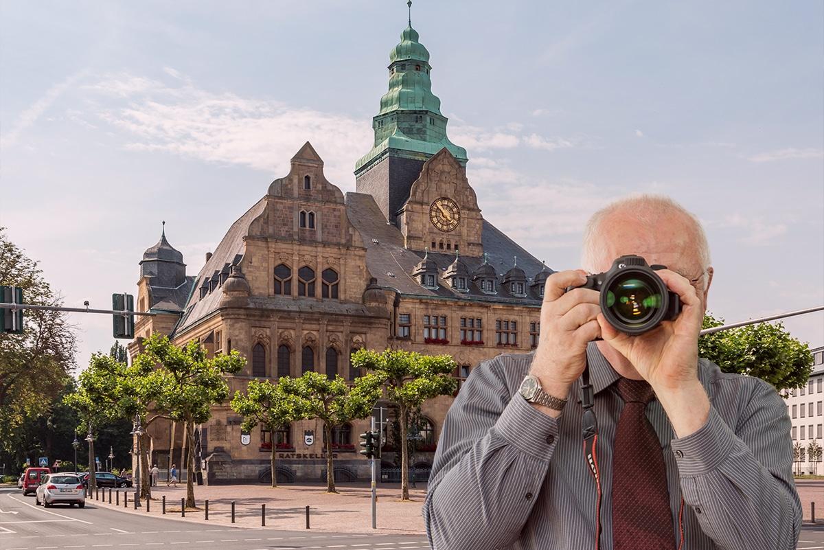 Schriftzug: Ihre Detektei für Recklinghausen, Detektiv zeigt Daumen nach oben, Amtsgericht in Recklinghausen. Firmenlogo der Detektei Kubon.