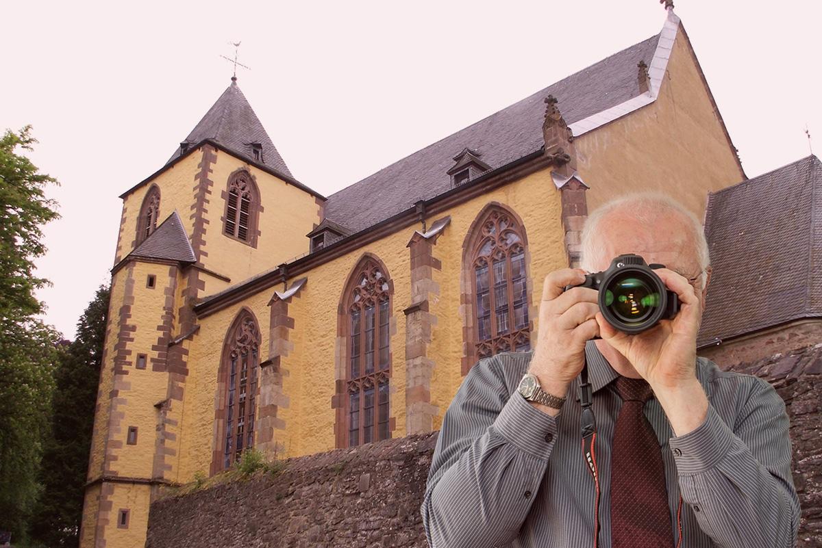 Burg Schleiden, Detektiv zeigt Daumen nach oben, Schriftzug: Unserer Detektei ermittelt für Sie in Schleiden !